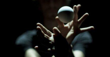 Danseanmeldelse: Dansende bolde og talende hænder