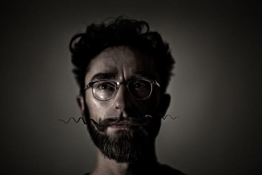 Fredéric Collette kan kendes på det karakteristiske overskæg og runde briller. Han er stifter af Collect Furniture, som skaber og sælger møbler. Vi mødte ham en varm lørdag eftermiddag på Frederiksberg. ALLE FOTOS // Daniel Tuladhar