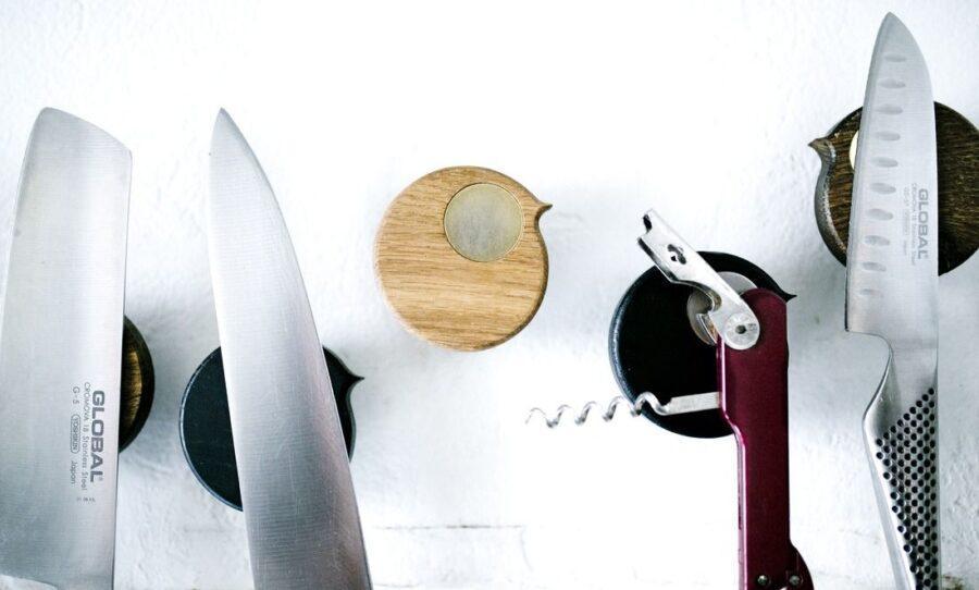 Disse knivholdere blev til, da Fredéric skar håndtag ud af en skammel. Disse trærester lignede små fugle, og dermed var et nyt design blevet til. De små fugle dukkede ikke kun op som knivholdere men også som køleskabsmagneter og knager.