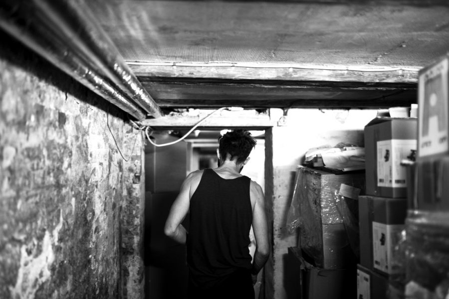 Vi blev ført gennem de smalle gange i det underjordiske. Her stod kasser og møbler mere eller mindre organiseret. Vi blev måde præsenteret for igangværende projekter og færdigt pakkede kasser.