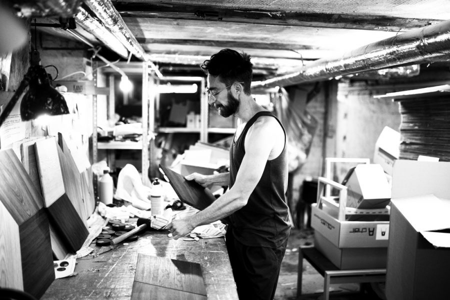 Vi fik lov at komme ned i Fredérics kælder, der også fungerer som værksted og lager for Collect Furniture. Vi mistede kontakten med Fredéric et kort øjeblik, da han fik træet i hånden. Vi kunne tydeligt mærke kærlighedsaffæren mellem ham og egen.