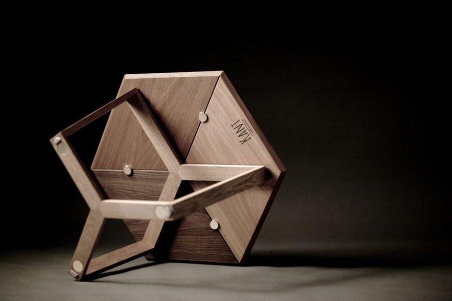 Dette bord, som også var placeret i Fredérics egen stue, hedder KANT og kan, ved hjælp af magneterne, arrangeres, som ejeren selv ønsker. Fredéric er ikke bange for at lade sine købere lege med designet og dermed være medskabere.