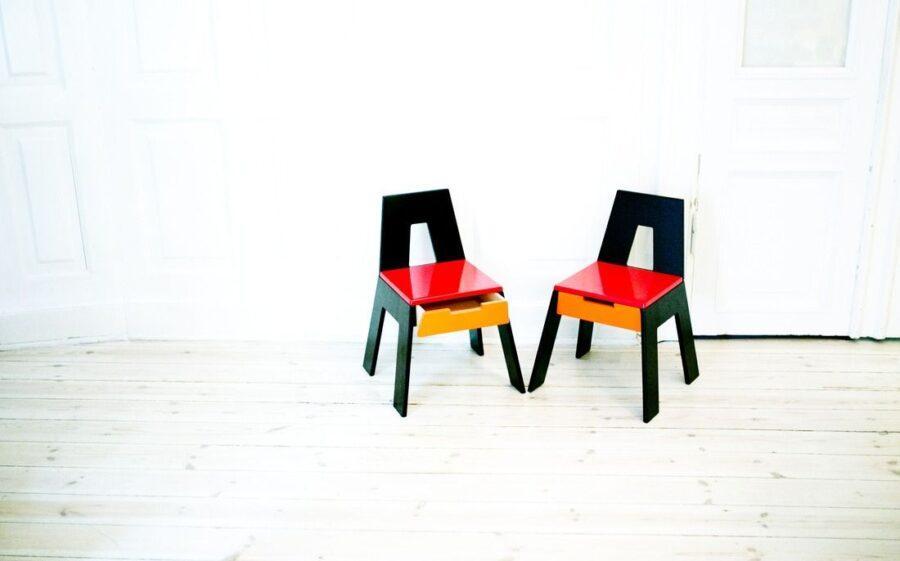 Disse stole er nogle af de prototyper, som Fredéric skabte i første omgang af møbelprojektet. Disse kan både bruges som stole eller som opbevaring.