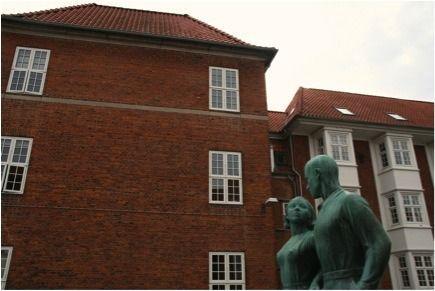 'Mand og pige' (1935) regnes for et af Poul Søndergårds (1905-1986) hovedværker. Et par som hånd i hånd, med brystet skudt frem og øjnene hvilende på hinanden blev i 1935 varemærket for Nordvests ikoniske Genforeningsplads. //Foto: Anne Vraaby