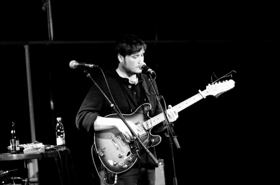 Hayden Calnin spillede onsdag den 5. oktober en koncert på Ideal Bar. Frem for at bringe studieversionerne af sangene til live, optrådte Hayden solo med en guitar, et keyboard, nogle effektpedaler, en autotunet mikrofon, mm. //Foto: Jacob Dinesen
