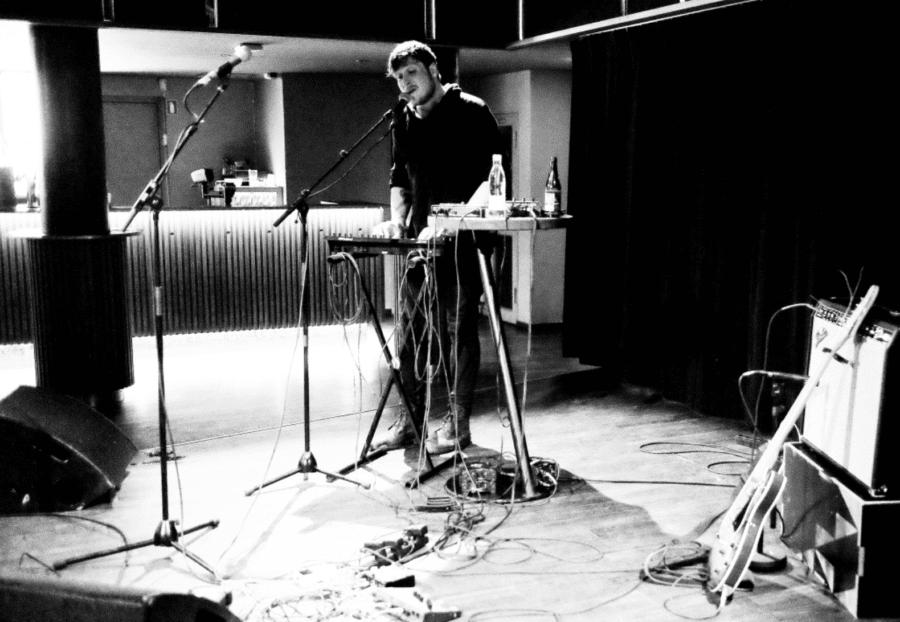 Igennem et tykt lag af autotune sang Hayden titelnummeret fra Cut Love, en tyndhudet ballade komplet med ambient intermezzo. //Foto: Jacob Dinesen