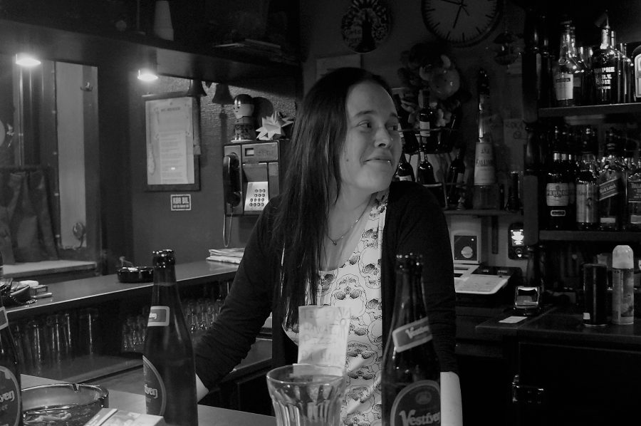 Pernille trives bag baren i Café Ægir