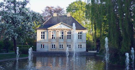 Møstings Hus: Bag murene